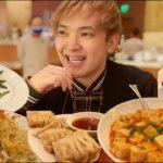24時間カジノで賭けてたプロギャンブラーがやっと開放されて中華を食べに行くそうです。
